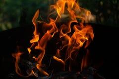 Flammes du feu sur le fond noir d'art abstrait, hausse d'un rouge ardent brûlante d'étincelles du grand feu dedans, ardemment rou photo stock