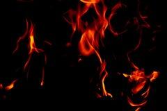 Flammes du feu sur le fond noir d'art abstrait, hausse d'un rouge ardent brûlante d'étincelles du grand feu dedans, ardemment rou image stock