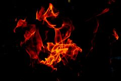 Flammes du feu sur le fond noir d'art abstrait, hausse d'un rouge ardent brûlante d'étincelles du grand feu dedans, ardemment rou image libre de droits