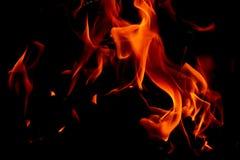 Flammes du feu sur le fond noir d'art abstrait, hausse d'un rouge ardent brûlante d'étincelles du grand feu dedans, ardemment rou photos libres de droits