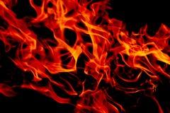 Flammes du feu sur le fond noir d'art abstrait, hausse d'un rouge ardent brûlante d'étincelles du grand feu dedans, ardemment rou photographie stock