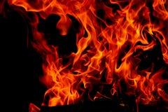 Flammes du feu sur le fond noir d'art abstrait, hausse d'un rouge ardent brûlante d'étincelles du grand feu dedans, ardemment rou photos stock