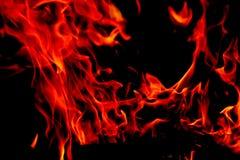 Flammes du feu sur le fond noir d'art abstrait, hausse d'un rouge ardent brûlante d'étincelles du grand feu dedans, ardemment rou images stock