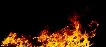 Flammes du feu sur un noir photographie stock