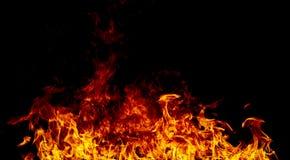 Flammes du feu sur un noir photos stock