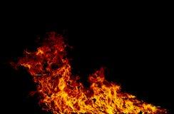 Flammes du feu sur un noir photos libres de droits