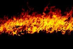 Flammes du feu sur un noir images libres de droits