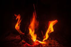 Flammes en bois brûlantes images stock