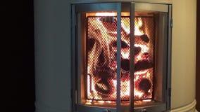 Flammes en cheminée de salon - plan rapproché parallèle banque de vidéos