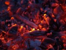 Flammes et braises Photographie stock libre de droits