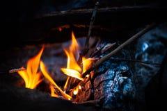 Flammes jaunes de feu sur le fond brouillé photographie stock