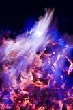 Flammes pourprées et bleues d'incendie Image libre de droits