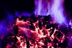 Flammes pourprées et bleues d'incendie Photographie stock libre de droits