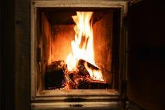 flammes Rouge-jaunes dans le four du vieux four Image stock