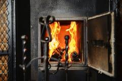 flammes Rouge-jaunes dans le four du vieux four Images libres de droits