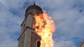 Flammes sous la tour de cloche chez Fragneto Monforte banque de vidéos