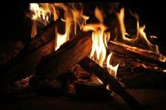 FLAMMES TEINTÉES ORANGES D'UN FEU DE BOIS DUR photographie stock libre de droits