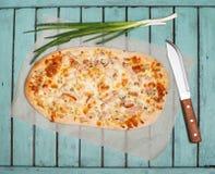 Flammkuchen oder traditionelle elsässische Torte, scharfes Flambe, grünes Onio Stockfotos