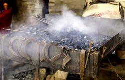 Flammor av brand i en smedja arkivbild