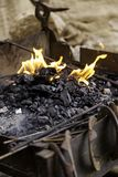 Flammor av brand i en smedja fotografering för bildbyråer