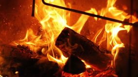 Flammor av en spis stock video