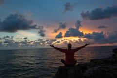 Flammor av solnedgången ger positiva uttryck Royaltyfria Bilder