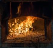 Flammor från den wood bränningen i en traditionell ugn Arkivfoto