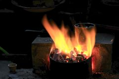 Flammor från smältningspannan arkivfoto