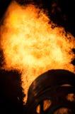 Flammor i natten som upp värmer en ballong för varm luft fotografering för bildbyråer