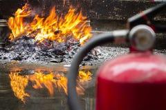 Flammor och brandsläckare arkivbild