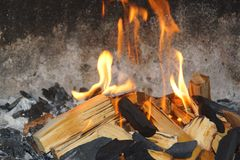 Flammor, trä och kol fotografering för bildbyråer