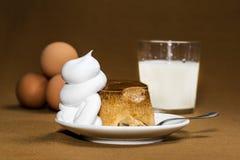Flan, caramel, flan de caramel, oeuf a soutenu le caramel avec de la crème photographie stock