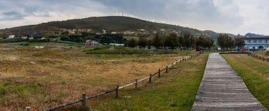 Flanc de coteau de panorama de pré près de plage photos libres de droits