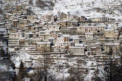 Flanc de coteau de ville dans les Alpes image stock
