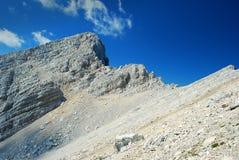 Flanc de coteau en pierre et ciel bleu, parc national de Triglav Photos libres de droits