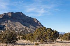Flanc de montagne et plaine dans le désert rural d'hiver du Nouveau Mexique, sud-ouest américain photos stock