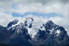 Flanc de montagne raide avec les roches, la neige et la glace Images libres de droits