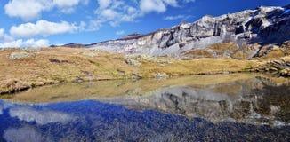 Flanc du nord de cirque de Troumouse se reflétant dans le surfac de lac Photographie stock libre de droits