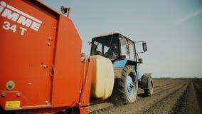Flancowanie grule Z ciągnikiem Plantator na polu Wprowadzenie Fungicides zbiory