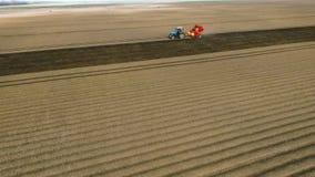 Flancowanie grule Z ciągnikiem Plantator na polu Wprowadzenie Fungicides Widok Z Lotu Ptaka 3 zbiory
