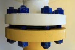 Flangia industriale del tubo in un'installazione produttiva Immagini Stock Libere da Diritti