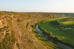 Flank av kullen och floden fotografering för bildbyråer