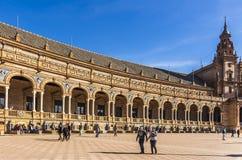 Flanken von keramischen betitelten Nischen mit Bänke entlang den Wänden von Spanien-Quadrat, Maria Luisa Park stockfotografie
