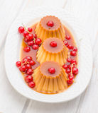 Flans with red currants and syrup in white tray Stock Photography
