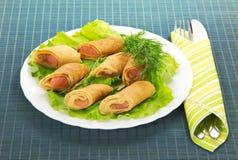 Flapjack mit Lachsen und Salat, Tischbesteck stockbilder