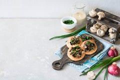 Flapjack mit Pilzen und sahniger Knoblauchsoße lizenzfreies stockbild