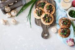 Flapjack mit Pilzen und sahniger Knoblauchsoße lizenzfreie stockbilder