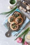 Flapjack mit Pilzen und sahniger Knoblauchsoße lizenzfreie stockfotos
