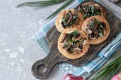 Flapjack mit Pilzen und sahniger Knoblauchsoße stockfotografie