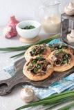 Flapjack mit Pilzen und sahniger Knoblauchsoße stockbilder